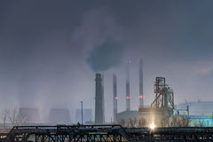 Parte da refinaria de petróleo grande em uma Lua cheia nevoenta Foto de Stock