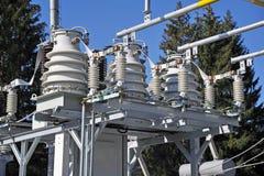 Parte da subestação de alta tensão com interruptores e conectores do dis Conversor de alta tensão em um central elétrica Fotografia de Stock Royalty Free