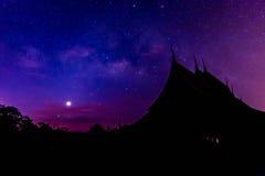 Parte da Via Látea acima do templo, Tailândia Foto de Stock Royalty Free