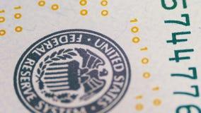 Parte das 100 contas dos E.U., vista no tipo de impressão do Estados Unidos, o sistema de Federal Reserve vídeos de arquivo