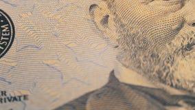 Parte das 100 contas dos E.U., vista no tipo de impressão do Estados Unidos, o sistema de Federal Reserve video estoque
