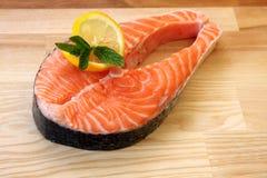 Parte de bife salmon fresco Fotos de Stock Royalty Free