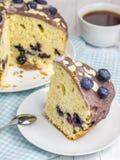 Parte de bolo caseiro do mirtilo com crosta de gelo e baga na parte superior Fotografia de Stock Royalty Free