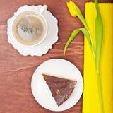 Pequeno almoço no amarelo imagens de stock