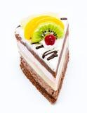 Parte de bolo de chocolate com a crosta de gelo e o fruto fresco isolados Fotografia de Stock Royalty Free