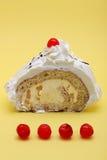Parte de bolo do diplomata no fundo amarelo Fotografia de Stock Royalty Free