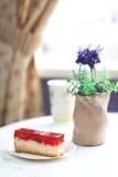Parte de bolo saboroso no café Foto de Stock Royalty Free