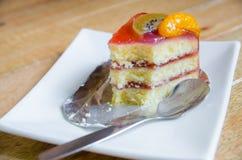 A parte de bolo stawberry estava comendo na placa branca fotos de stock royalty free
