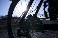 Parte de Bycicle e um nascer do sol no ambiente sujo Foto de Stock
