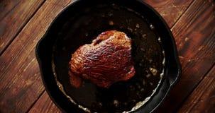 A parte de carne fritou no óleo na bandeja video estoque