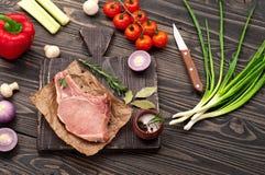 Parte de carne suculenta crua com vegetais Fotos de Stock Royalty Free