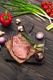 Parte de carne suculenta crua com vegetais Fotografia de Stock