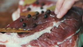 Parte de carne suculenta fresca com bacon filme