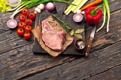 Parte de carne suculenta no osso com vegetais Imagem de Stock Royalty Free