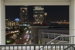 Parte de Dallas Skyline en la noche enmarcado en un parking s Imagenes de archivo