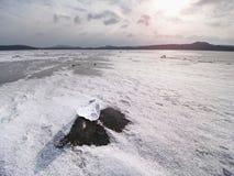 Parte de derivação de iceberg e de sol que brilham na tampa grossa do gelo Foto de Stock