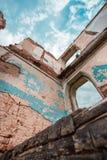 Parte de edificio de ladrillo abandonado en el fondo de nubes Imagen de archivo libre de regalías