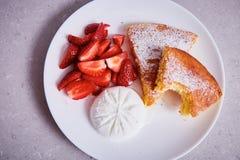 Parte de gelado fresco de morango da sobremesa da placa da torta de maçã Foto de Stock