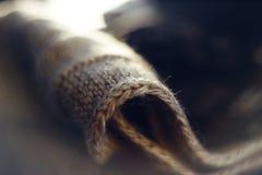 Parte de lã de tela em um fundo borrado fotos de stock