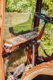 Parte de la cabina del tractor con los elementos de control Fotografía de archivo