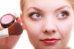 Parte de la cara de la mujer que aplica el detalle del maquillaje del colorete del colorete Fotos de archivo libres de regalías