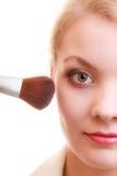 Parte de la cara de la mujer que aplica el detalle del maquillaje del colorete del colorete Fotografía de archivo