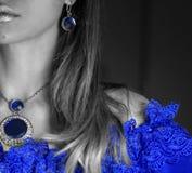 parte de la cara de la mujer en vestido de noche azul con el cordón con joyería chispeante fotografía de archivo