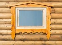 Parte de la casa de madera de la pared con la ventana Foto de archivo libre de regalías
