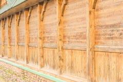 Parte de la casa, a saber una pared sin las ventanas, construidas de tableros de madera con el uso de llevar ayudas verticales Fotografía de archivo