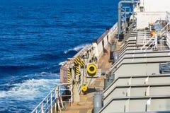 Parte de la cubierta del petrolero del producto derivado del petróleo en el mar azul en curso imágenes de archivo libres de regalías