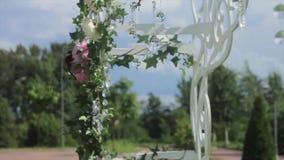 Parte de la decoración festiva, arreglo floral Detalle de un arco de la boda Lámpara de la ceremonia de la decoración de la boda  almacen de video
