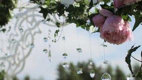 Parte de la decoración festiva, arreglo floral Detalle de un arco de la boda Lámpara de la ceremonia de la decoración de la boda  Fotos de archivo