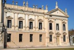 Parte de la fachada a la derecha de la entrada del chalet Pisani en Stra que es una ciudad en la provincia de Venecia en el Venet Foto de archivo libre de regalías