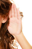 Parte de la mujer principal con la mano al oído que escucha Fotos de archivo