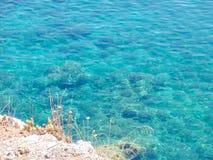 Parte de la playa de Stafilos en la isla de Skopelos Imagenes de archivo