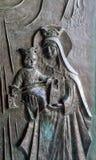 Parte de la puerta con la grabación en relieve, de Maria y del bebé Jesús, Stella Maris Monastery en Haifa Fotografía de archivo