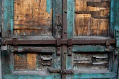 Parte de la puerta de madera vieja con las cerraduras Fotos de archivo