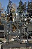 Parte de la subestación de alto voltaje con los interruptores y los conectores del SID imágenes de archivo libres de regalías