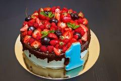 Parte de la torta con las frutas frescas y el primer de las bayas Fotos de archivo