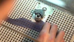 Parte de moedura de vidro na máquina do moedor para fazer o vitral filme