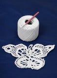 Parte de needlework perto do indício com gancho de crochet. imagem de stock