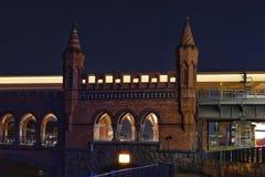 Parte de Oberbaumbruecke en Berlín por noche Foto de archivo libre de regalías
