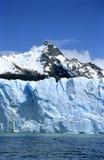 Parte de Perito Moreno glaciar y un pico de montaña Foto de archivo libre de regalías