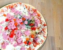Parte de pizza cocinada con tocino y queso y el primer de las verduras Imagen de archivo libre de regalías