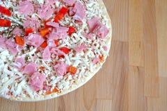 Parte de pizza cruda en el primer marrón de la opinión de sobremesa de la cocina Fotos de archivo