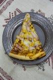 Parte de pizza triangular com milho e presunto em uma placa fotografia de stock royalty free