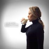 Parte de serie Retrato de la leche de consumo de la mujer joven en vidrio imagen de archivo