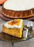 Parte de torta da cenoura com crosta de gelo Imagens de Stock Royalty Free