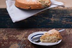 Parte de torta de maçã no fundo de madeira Fotos de Stock