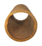 Parte de tubulações oxidadas velhas do ferro isoladas no fundo branco Fotografia de Stock